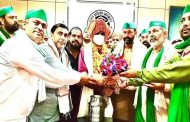 Farmer leader Rakesh Tikait met silver medalist DM Suhas LY in Paralympics, congratulated him for his victory by wearing a turban.
